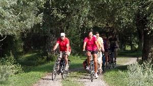 Die Teilnehmer haben Spaß beim erkunden der Masuren mit dem Fahrrad
