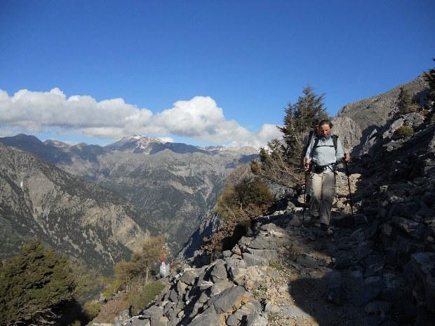 Wanderer steigt den Berg hinunter