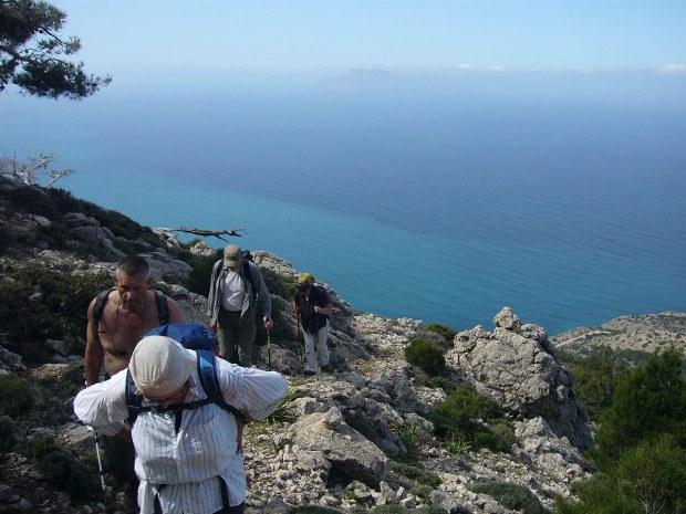 Wanderer gehen den Berg hoch. Blick auf das Mittelmeer