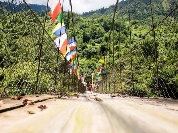 Eine geschmückte Brücke, die in die Berge führt