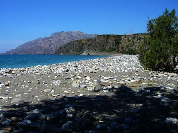 Der Strand von Kreta mit vielen großen Steinen