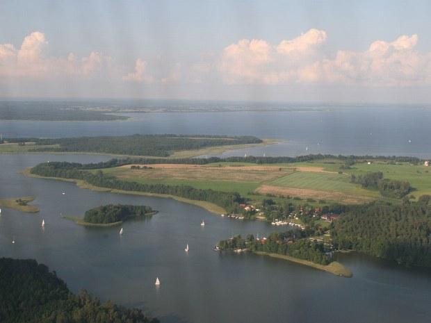 Aussicht auf die vielen kleinen Inseln und Segelboote auf dem See