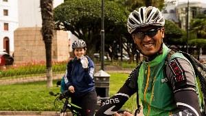 Zwei Radfahrer während einer kurzen Pause