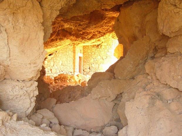 Das Licht fällt in die Steinhöhle