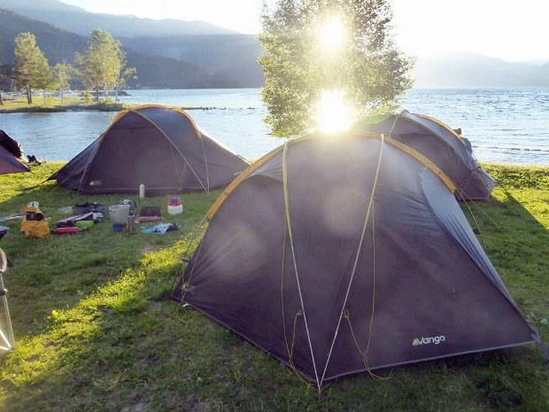 Zeltlager am Ufer