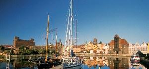 Blick auf die kleinen Schiffe, die im Hafen anlegen
