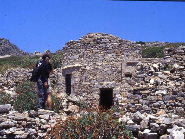 Wanderer betrachten die alten Steinhäuser