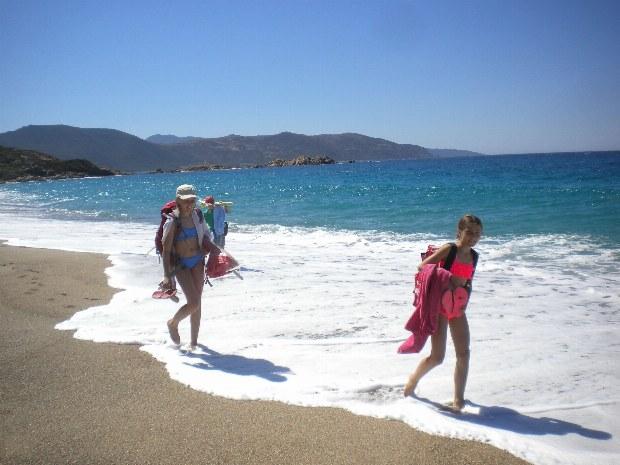 Jugendliche auf dem Weg zum Strand lassen sich von den Wellen die Füße nass machen